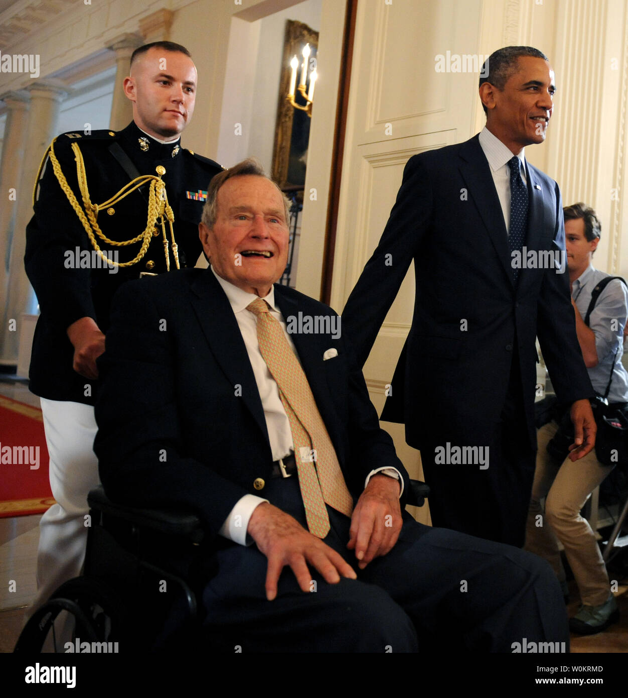 U.S. President Barack Obama walks with former President George H.W. Bush to the East Room of the White House to present the 5,000th award from Bush's 'Points of Light' Foundation in Washington, DC on July 15, 2013.  Bush started the national movement to advance volunteerism and community service 20 years ago when he was the 41st president.    UPI/Pat Benic - Stock Image