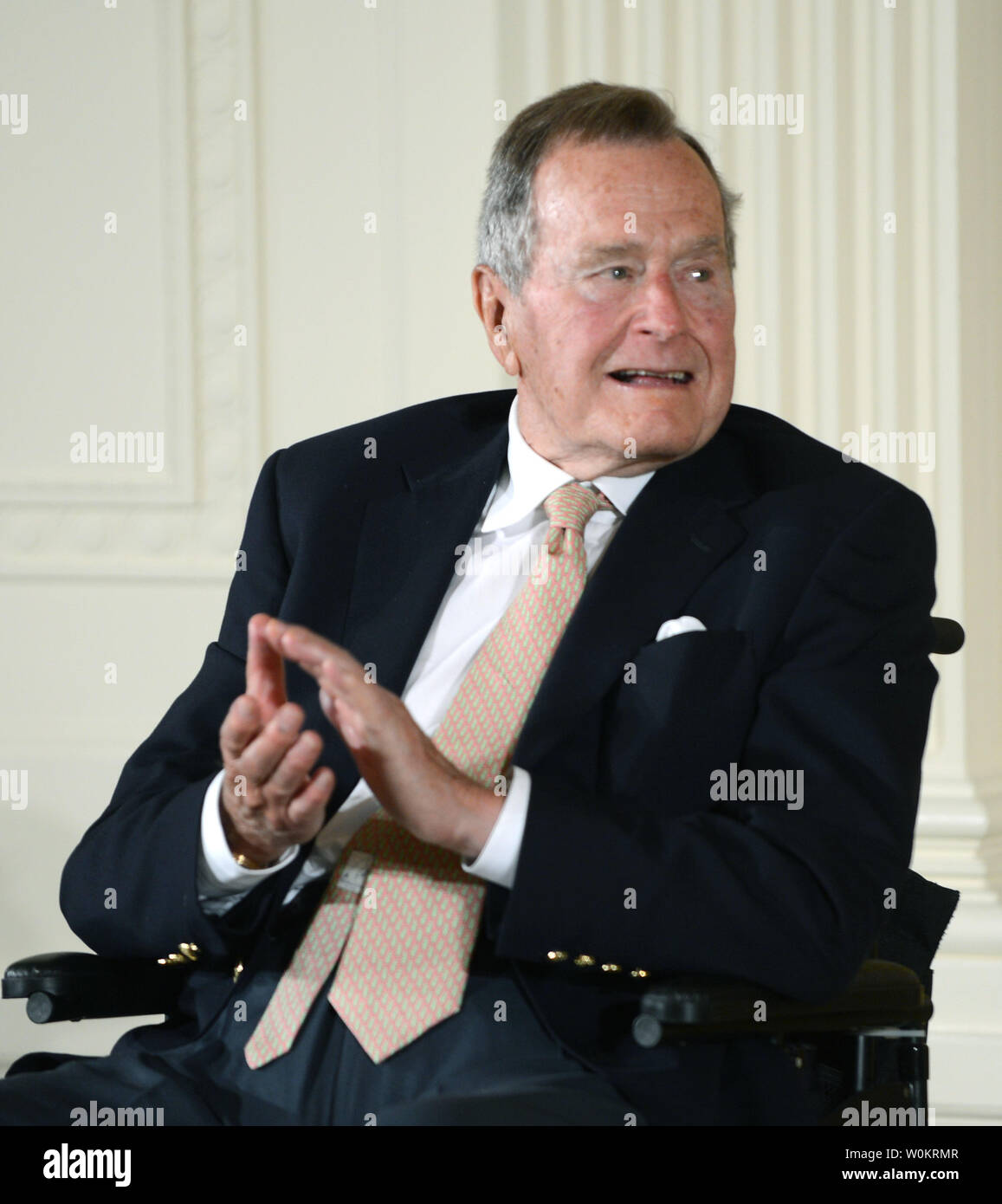 Former President George H.W. Bush applauds during the presentation of the 5,000th 'Points of Light' Foundation award with President Barack Obama in the East Room of the White House in Washington, DC on July 15, 2013.  Bush started the national movement to advance volunteerism and community service 20 years ago when he was the 41st president.  Kathy Hamilton and Floyd Hammer won the award.   UPI/Pat Benic - Stock Image