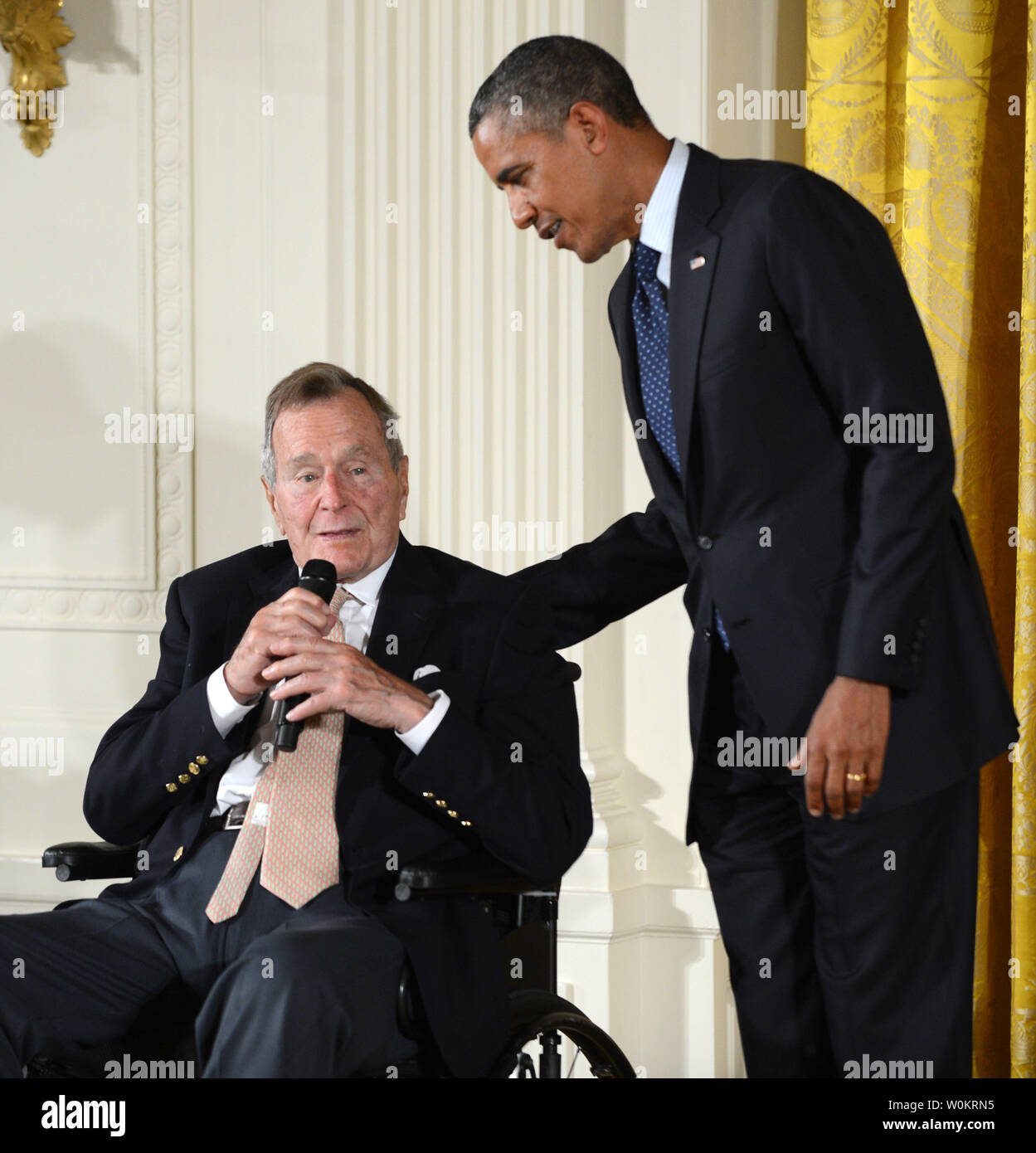 Former President George H.W. Bush makes some brief remarks during the presentation of the 5,000th 'Points of Light' Foundation award with President Barack Obama in the East Room of the White House in Washington, DC on July 15, 2013.  Bush started the national movement to advance volunteerism and community service 20 years ago when he was the 41st president.  Kathy Hamilton and Floyd Hammer won the award.   UPI/Pat Benic - Stock Image