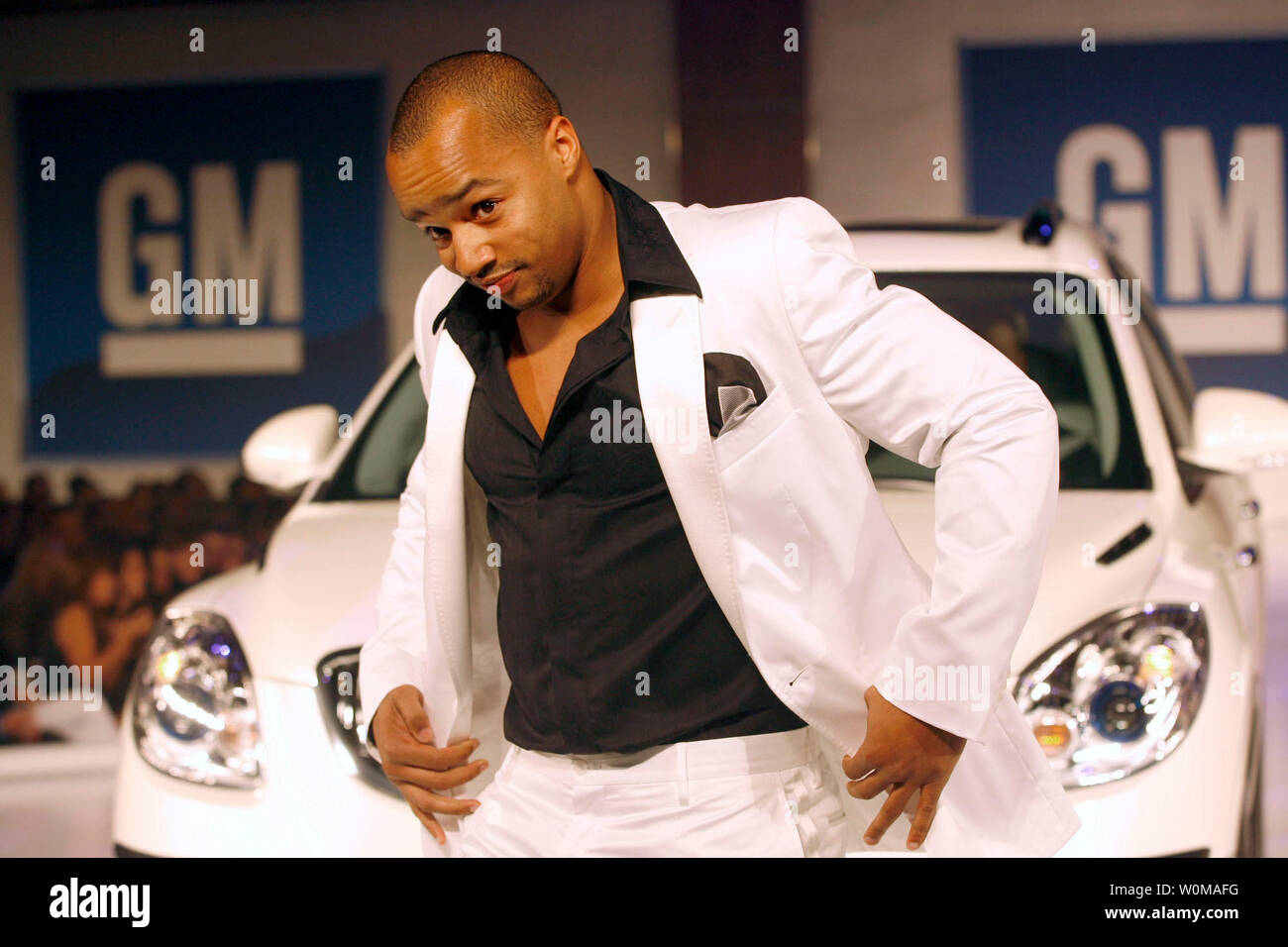 Donald Faison, dressed in Dolce & Gabbana, walks the runway with a 2007 Buick Enclave at the GM TEN fashion event in Los Angeles on February 20, 2007. The GM TEN event brings together celebrities, fashion and General Motors vehicles from around the world. (UPI Photo/General Motors) - Stock Image