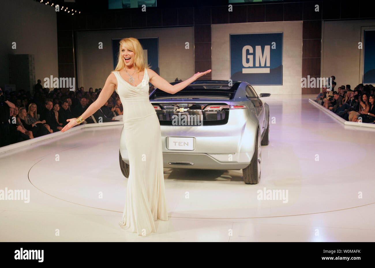 Actress Katherine Heigl, dressed in Dolce & Gabbana, walks the runway with a Chevy Volt Electric Concept  at the GM TEN fashion event in Los Angeles on February 20, 2007. The GM TEN event brings together celebrities, fashion and General Motors vehicles from around the world. (UPI Photo/General Motors) - Stock Image