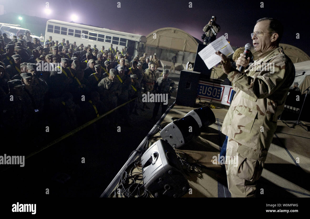 Chairman of the Joint Chiefs of Staff Navy Adm. Mike Mullen speaks at the kickoff of the 2009 USO Holiday Tour stop in Kandahar, Afghanistan on December 17, 2009. Mullen and his wife Deborah are hosting the tour, which includes performances and appearances by former tennis player Anna Kournikova, comedian Dave Attell, tennis coach Nicholas Bollettieri and musician Billy Ray Cyrus.  UPI/Chad J. McNeeley/U.S. Navy - Stock Image