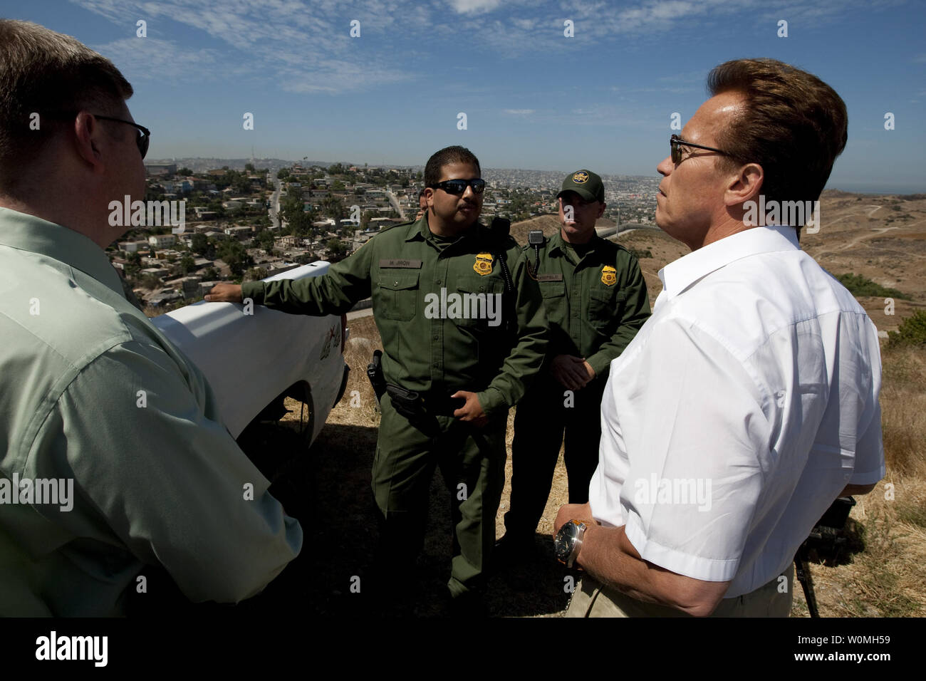 California Governor Arnold Schwarzenegger (R) meets with