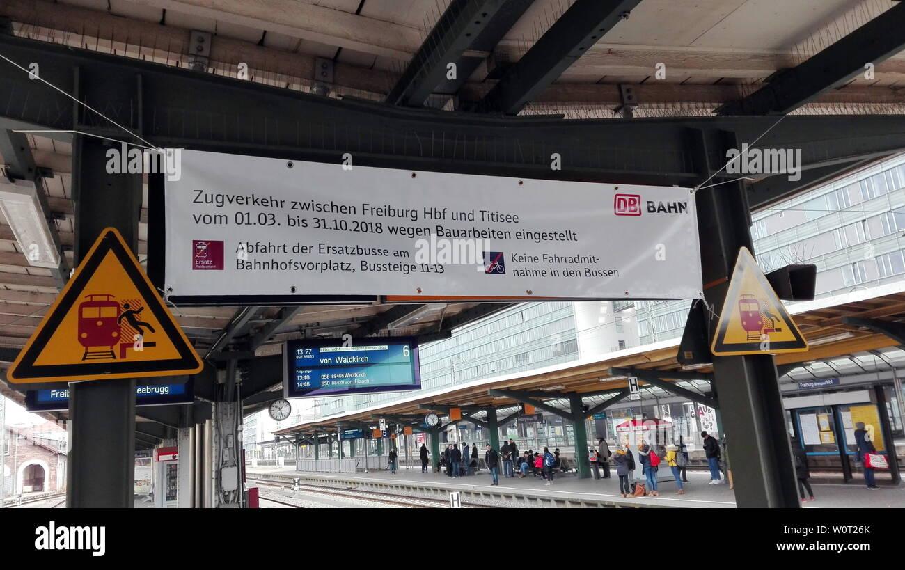 Seit heute (1. März 2018) gilt auf der Höllentalbahn zwischen Freiburg/Brsg. und Titisee-Neustadt/Seebrugg Schienenersatzverkehr (SEV). Alle Reisenden müssen auf Busse ausweichen oder vom Hochschwarzwald aus im PKW die Anreise in den Breisgau vornehmen. Die Streckensperrung dauert volle acht Monate und wird zwischen Freiburg und Titisee-Neustadt/Seebrugg erst zum 31. Oktober 2018 aufgehoben. In Freiburg werden Pendler und Fernreisende auf großen Hinweistafeln auf den Schienenersatzverkehr hingewiesen. Stock Photo