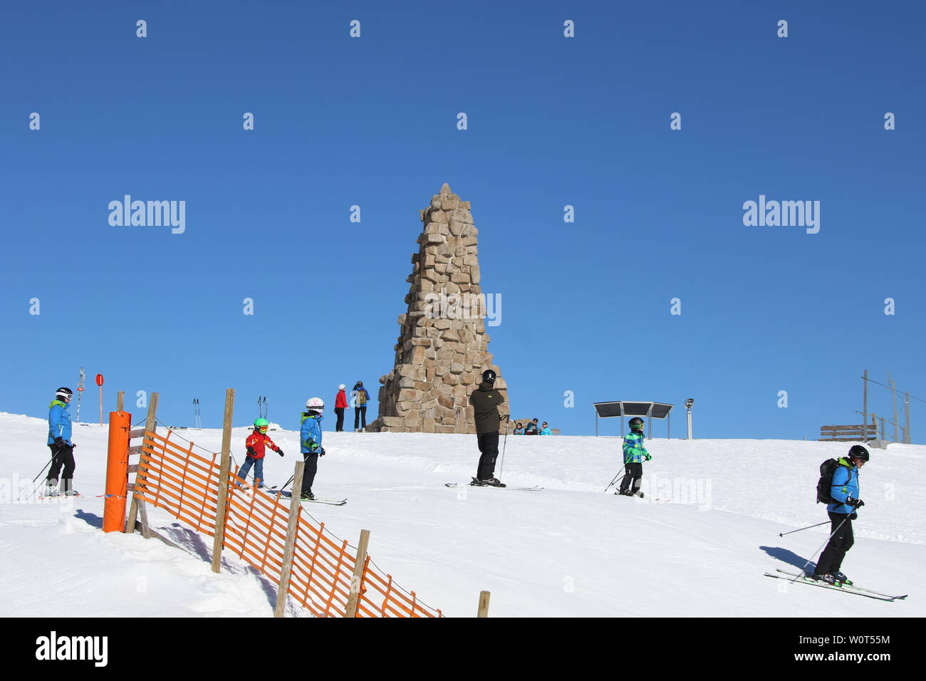 Skfahrer am Bismarckturm auf dem 1.493 Meter hoch gelegen Feldberg im Schwarzwald. Stock Photo