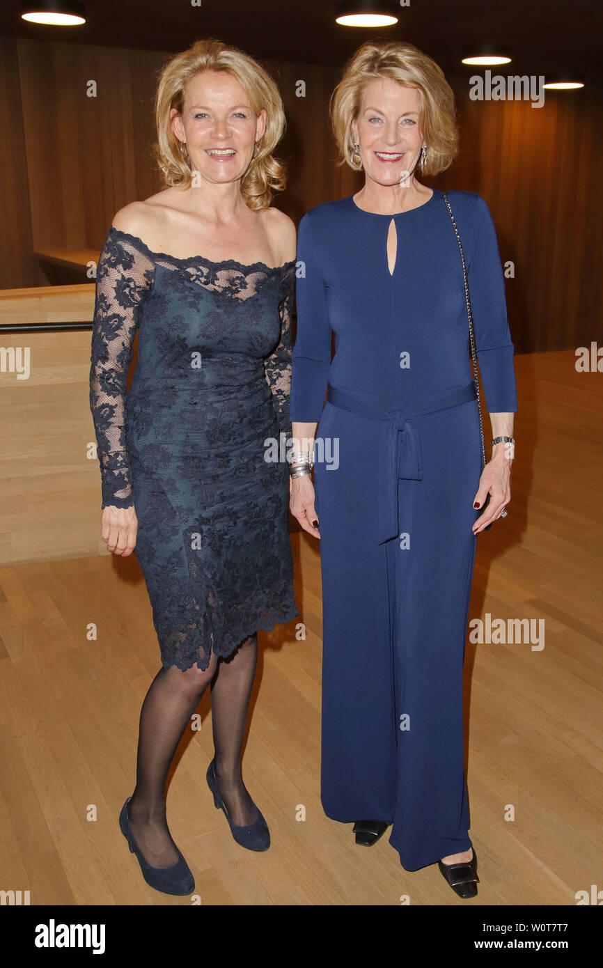 Karin Aust mit Yvonne von Stempel, Nannen Preis 2018 in der Elbphilharmonie, Hamburg, 11.04.2018 - Stock Image