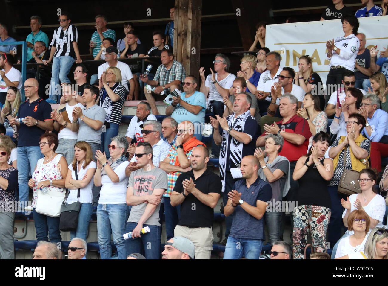Beifall der Villinger Fans trotz der 1:2 Niederlage im SBFV-Pokal Finale 2017/18: FC 08 Villingen - SV Linx Stock Photo
