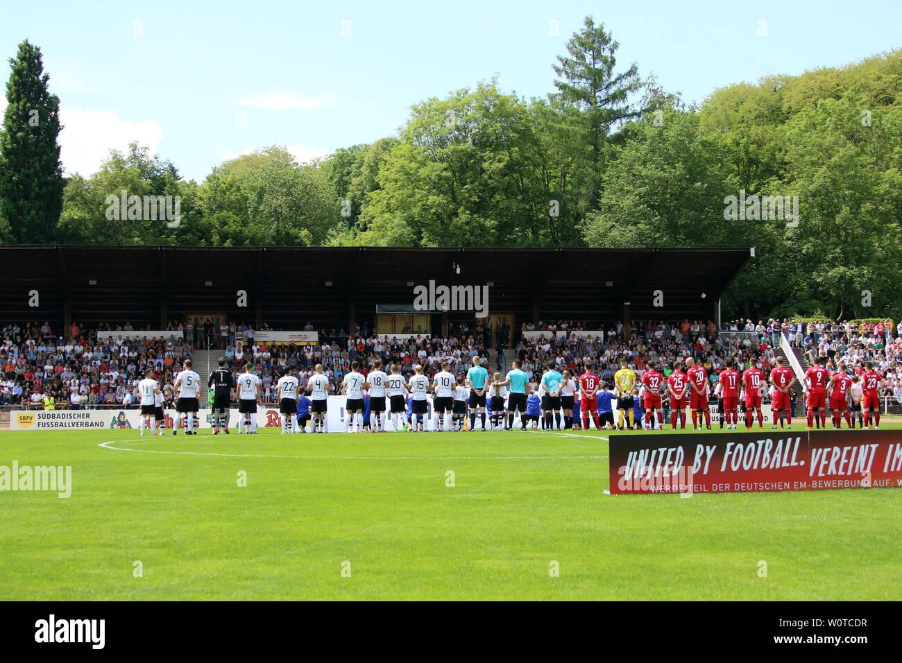 Die Mannschaften vor dem Anpfiff vor der Haupttribuene,   SBFV-Pokal Finale 2017/18: FC 08 Villingen - SV Linx - Stock Image