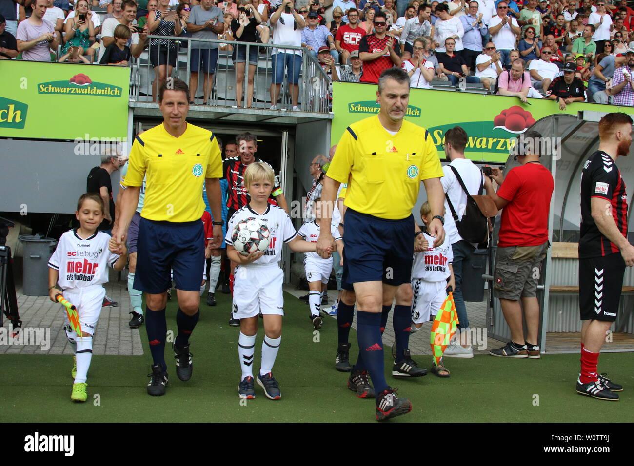 Ex-FIFA-Schiedsrichter Knut Kircher (Rottenburg) führt die Mannschaften auf das Feld beim Jubilaeumsspiel SC Freiburg - FC Bayern Muenchen - Stock Image