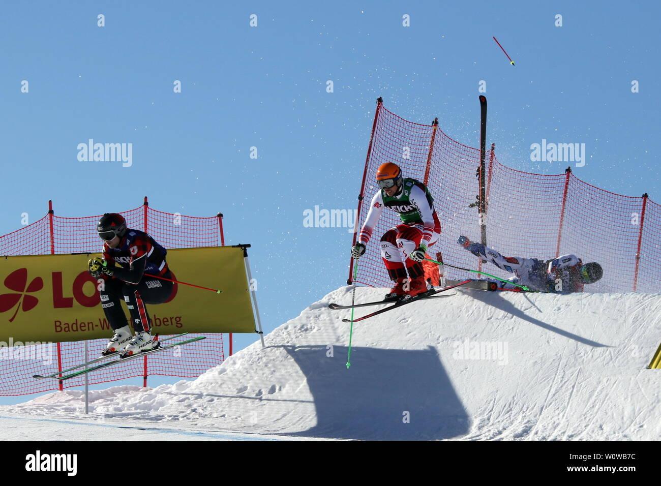 Abgeräumt wurde hier der Franzose Francoise Place, dessen Skistock hoch durch die Luft fliegt -  FIS Ski Cross Weltcup Feldberg - Stock Image
