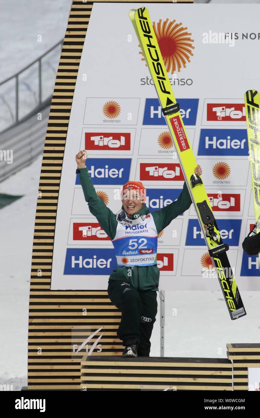 Katharina Althaus (SC Oberstdorf) besteigt das Podium nach Silber im Einzelwettkampf Frauen, FIS Nordische Ski-WM 2019 in Seefeld Stock Photo