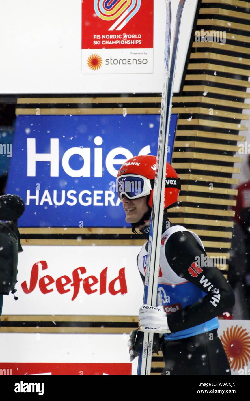 Trägt es mit einem Lächeln: Stephan Leyhe (SC Willingen) nach seinem zweiten Sprung beim Skispringen Herren NH, FIS Nordische Ski-WM 2019 in Seefeld Stock Photo