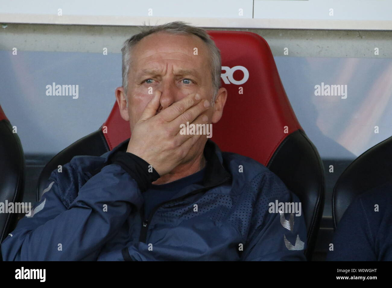 Oh Schreck lass nach: Trainer Christian Streich (Freiburg),   1. BL: 18-19: 27. Sptg. -  SC Freiburg vs. FC Bayern München  DFL REGULATIONS PROHIBIT ANY USE OF PHOTOGRAPHS AS IMAGE SEQUENCES AND/OR QUASI-VIDEO  Foto: Joachim Hahne/johapress - Stock Image