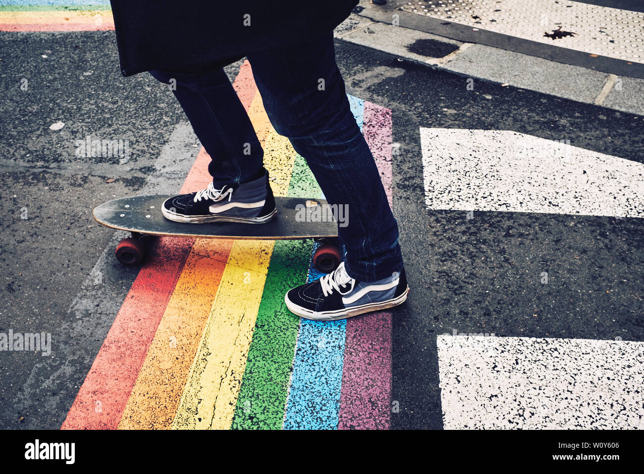 perdí mi camino Robusto tambor  Person on a board wearing Vans shoes on the streets of Paris over a painted  Pride Flag Stock Photo - Alamy