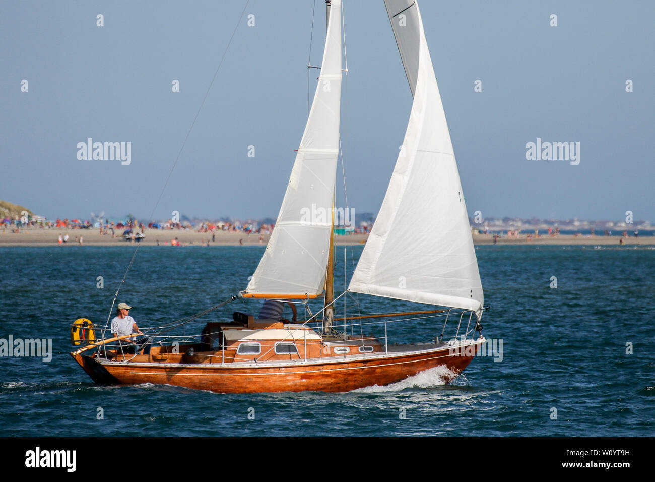 Bracklesham Road, Hayling Island. 28th June 2019. Beautiful sunny weather along the south coast today. Day trippers enjoying the weather at Hayling Island Sailing Club in Hampshire. Credit: james jagger/Alamy Live News - Stock Image