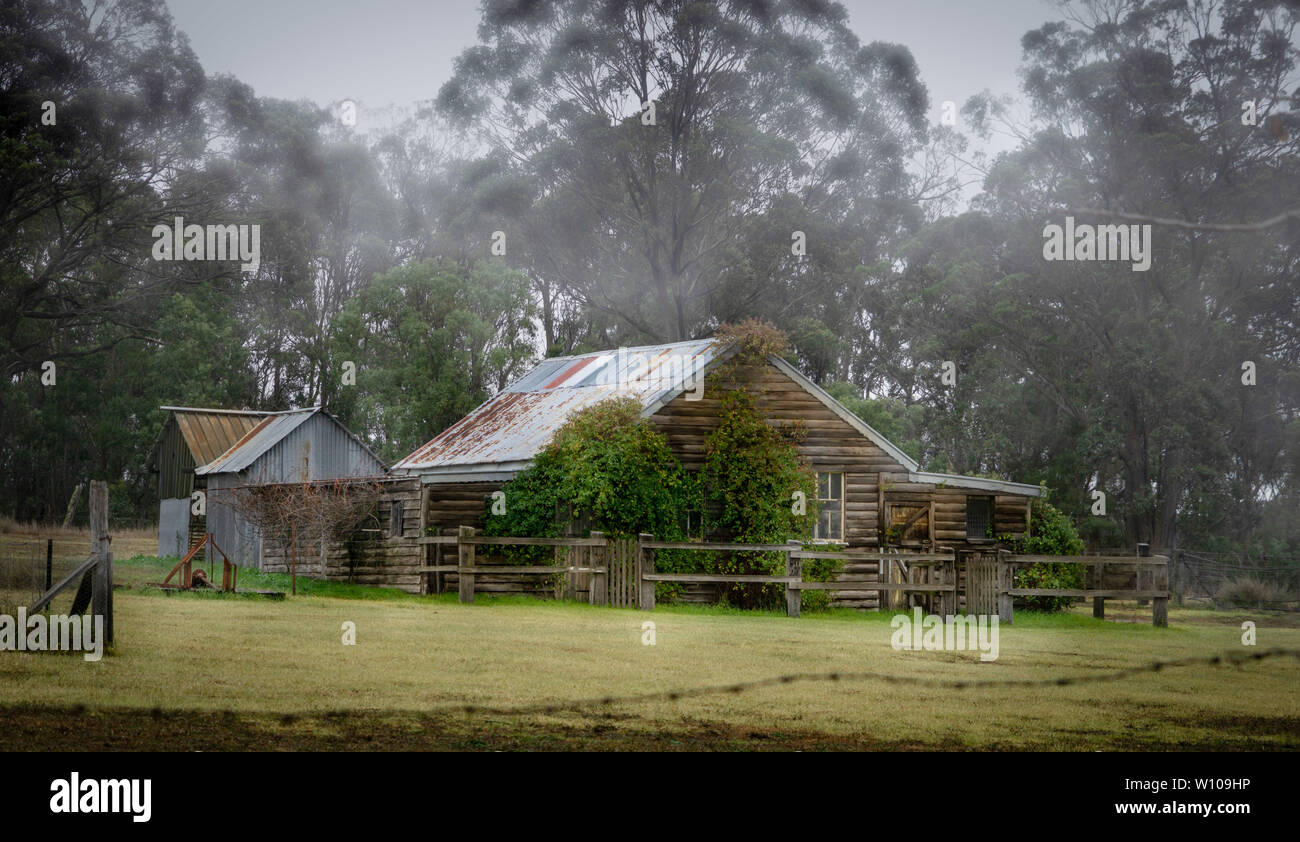 Old Australian farm house with out houses - Stock Image