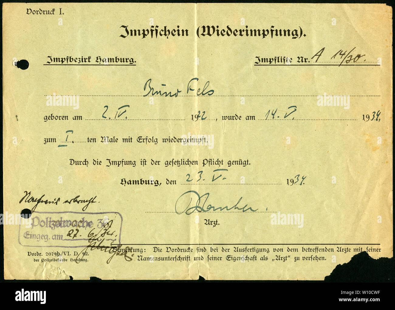 Europa, Deutschland, Hamburg,  grüner Impfschein ( Wiederimpfung ), Vorderseite, ausgestellt am 23. 05. 1934 . /  Europe, Germany, Hamburg,  green cer Stock Photo
