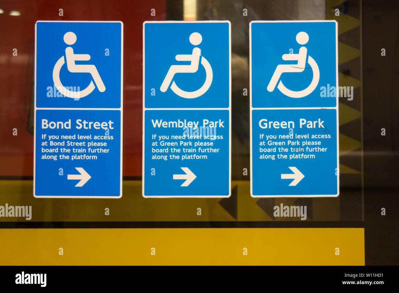 Wheelchair disabled access signage on the Jubilee Line at London's Waterloo Station Stock Photo