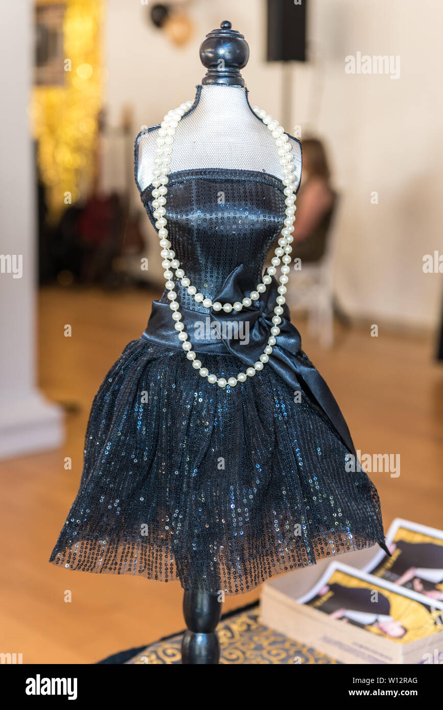 Roaring twenties themed party decoration on mannequin figurine display. - Stock Image
