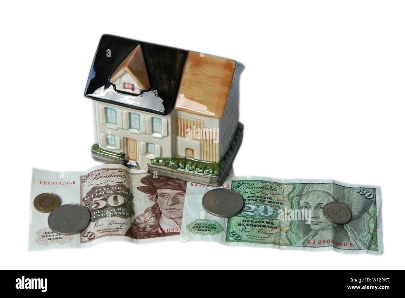 Symbolfoto Haus als Spardose mit DM-Banknoten und Münzen - Stock Image