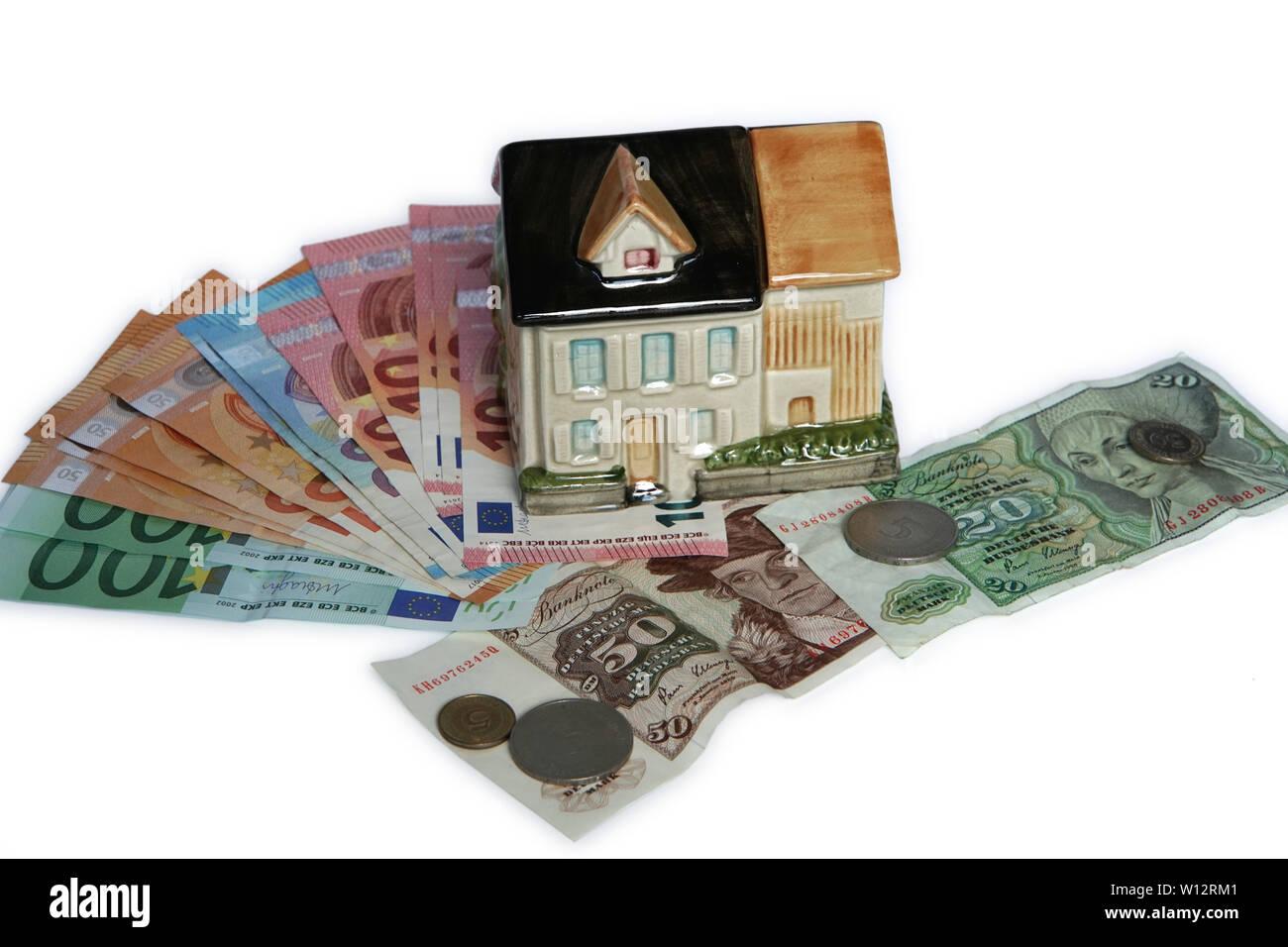 Symbolfoto Haus als Spardose mit Euro-Banknoten und Deutsche Mark - Stock Image
