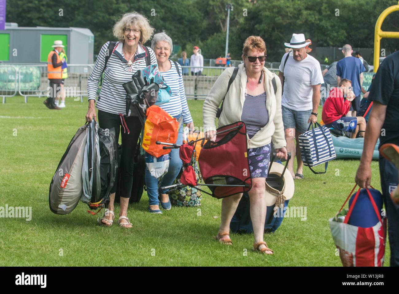 Wimbledon: How to survive the queue - BBC News