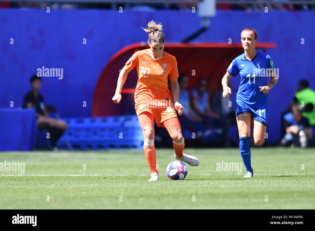 Dominique Bloodworth (Holland, Netherlands, 20) with Ball in front of Barbara Bonansea (Italy) (11), 29.06.2019, Valenciennes (France), Football, FIFA Women's World Cup 2019, Quarterfinals Italy - Netherlands, FIFA REGULATIONS PROHIBIT ANY USE OF PHOTOGRAPHS AS IMAGE SEQUENCES AND / OR QUASI VIDEO. | usage worldwide Stock Photo