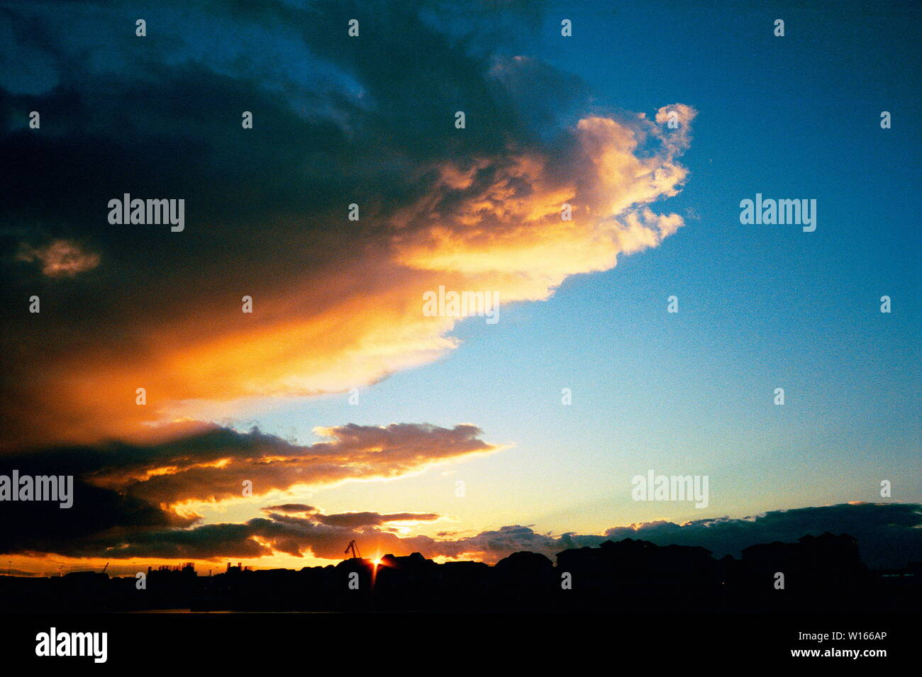 AJAXNETPHOTO. 2005. SOUTHAMPTON, ENGLAND. SUN SETS OVER THE CITY AS A BANK OF STRATUS CLOUDS HERALD AN APPROACHING FRONT.PHOTO;JONATHAN EASTLAND/AJAX REF;544160 3 22 Stock Photo