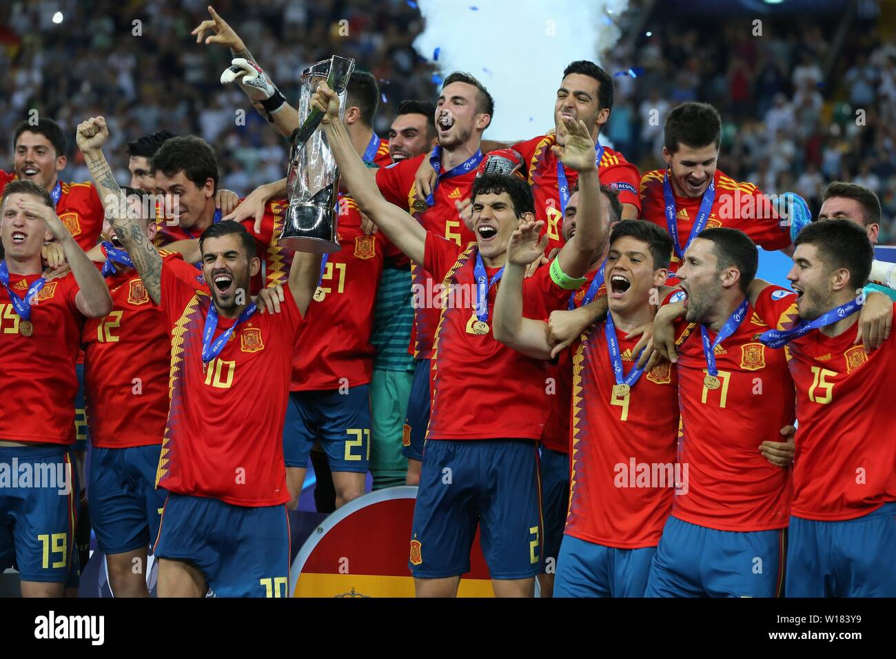 Udine, Italien. 30th June, 2019. firo: 30.06.2019, football, international, UEFA U21 European Championship 2019, final, Germany - Spain, award ceremony, jubilation, Dani Ceballos with Cup Nr.10 and Vallejo, Nr2 Spain, Spain, ESP, half figure, jubilation, cup, European Champion 2019 | usage worldwide Credit: dpa/Alamy Live News Stock Photo