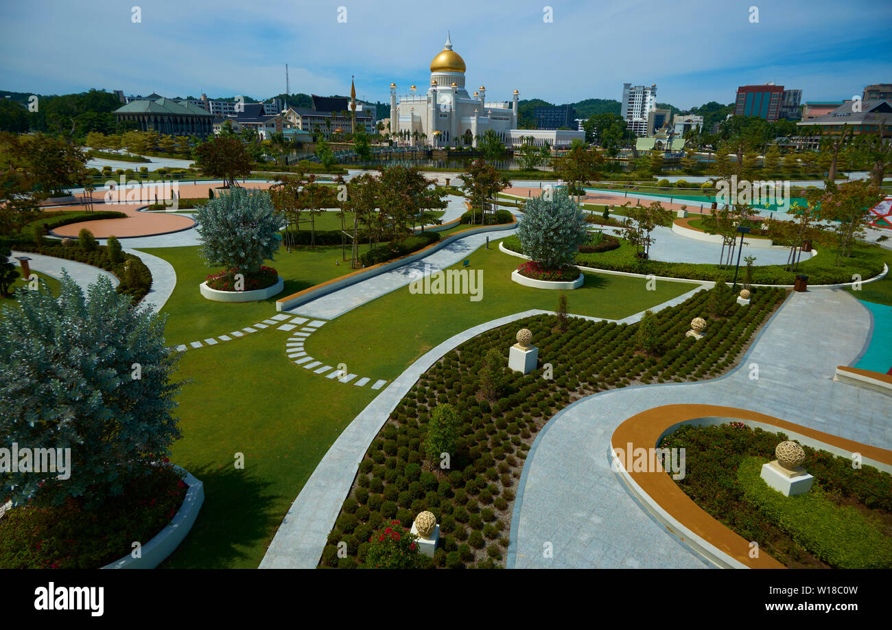 View from the new Mahkota Jubil Ermas park in downtown Bandar Seri Begawan,Brunei. The Omar Ali Saifuddien mosque is in the distance. - Stock Image
