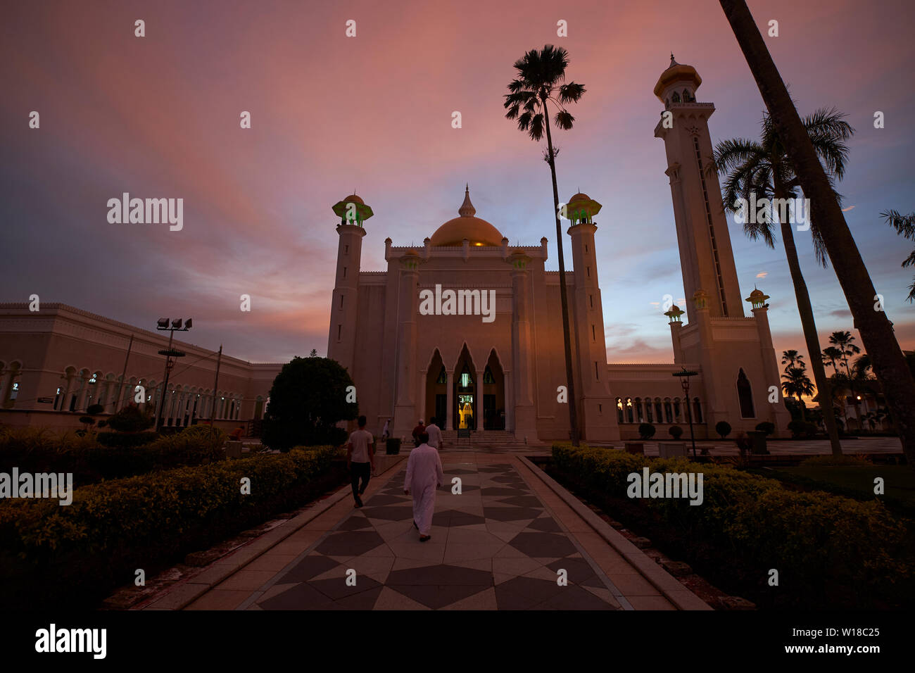 Sunset view of the call to prayer at the Omar Ali Saifuddien mosque in downtown Bandar Seri Begawan,Brunei. - Stock Image