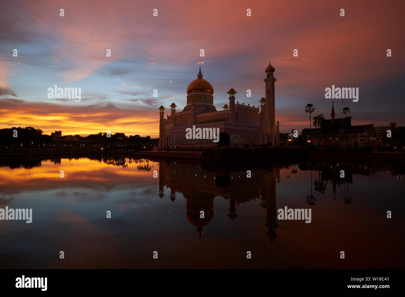 Sunset view of the Omar Ali Saifuddien mosque in downtown Bandar Seri Begawan,Brunei. - Stock Image