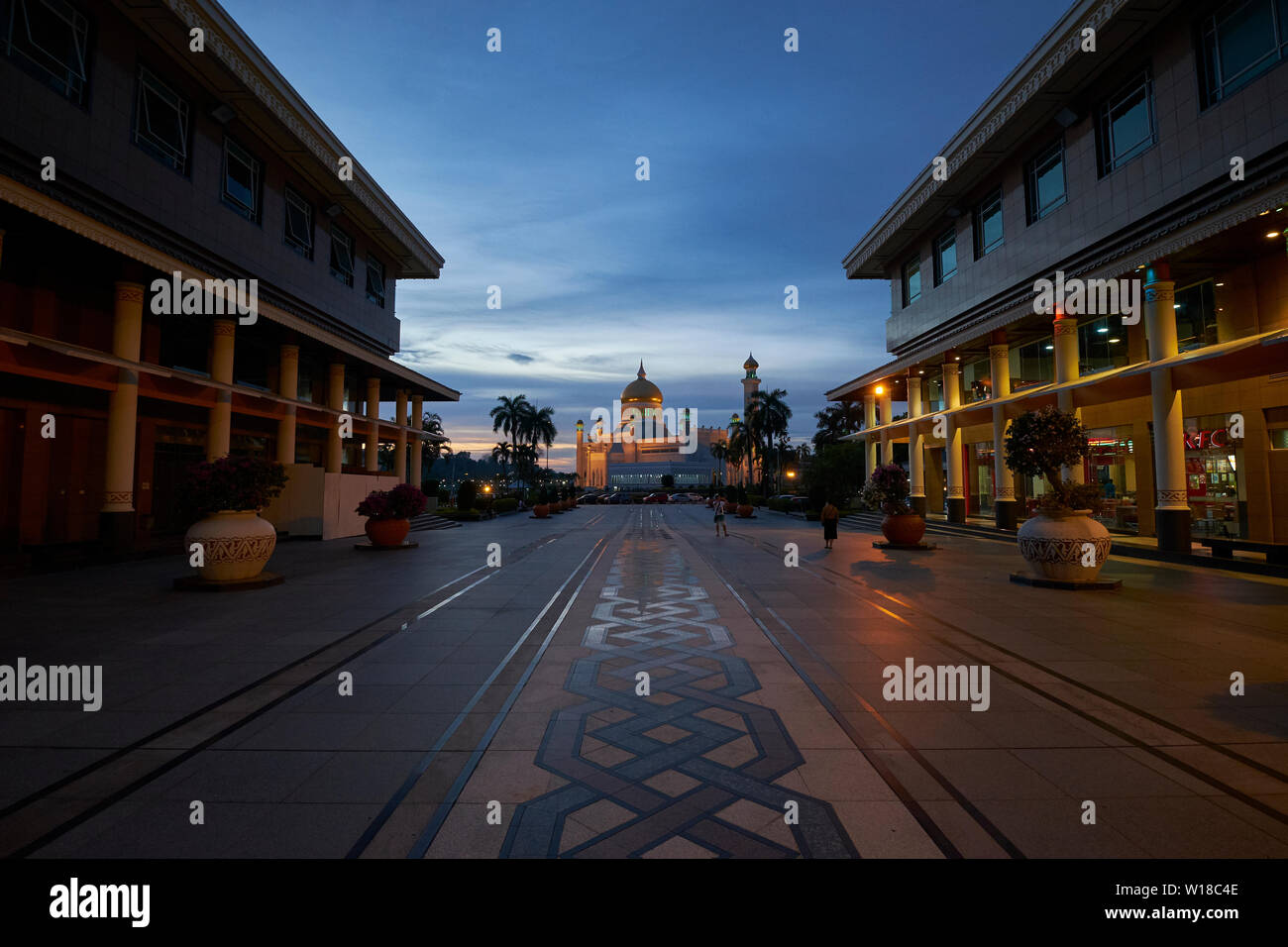Sunset view of the Omar Ali Saifuddien mosque in downtown Bandar Seri Begawan,Brunei. View through the Yayasan shopping complex. - Stock Image