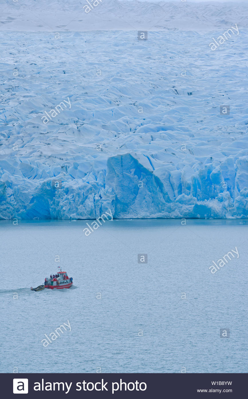 Boat by icebergs, Gray Lake, Torres del Paine National Park, Patagonian Andes, Patagonia, Chile, South America - Stock Image