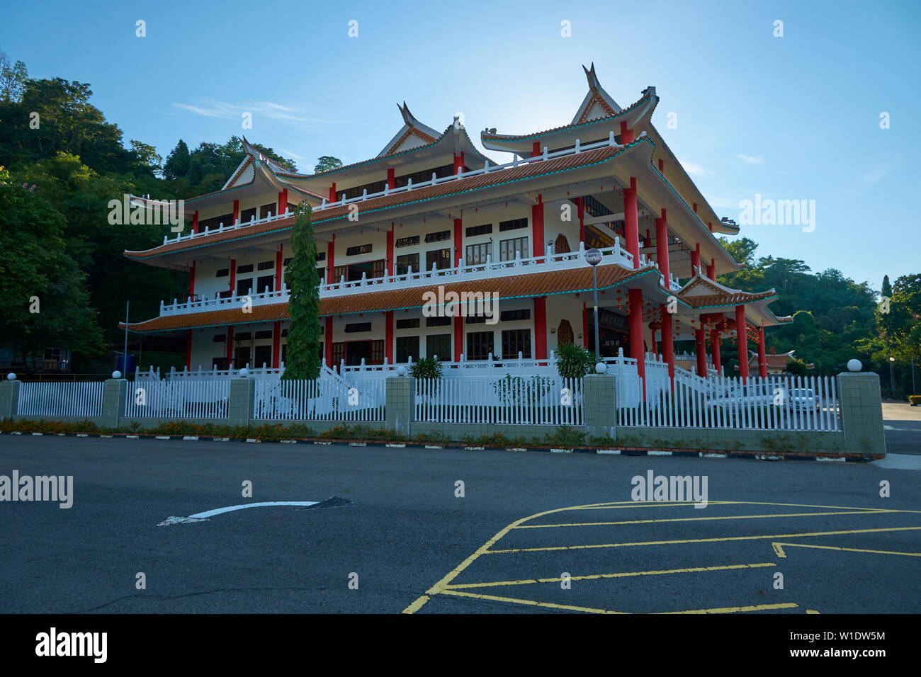 The main meeting hall at the Che Sui Khor Chinese temple in Kota Kinabalu, Borneo, Malaysia. - Stock Image