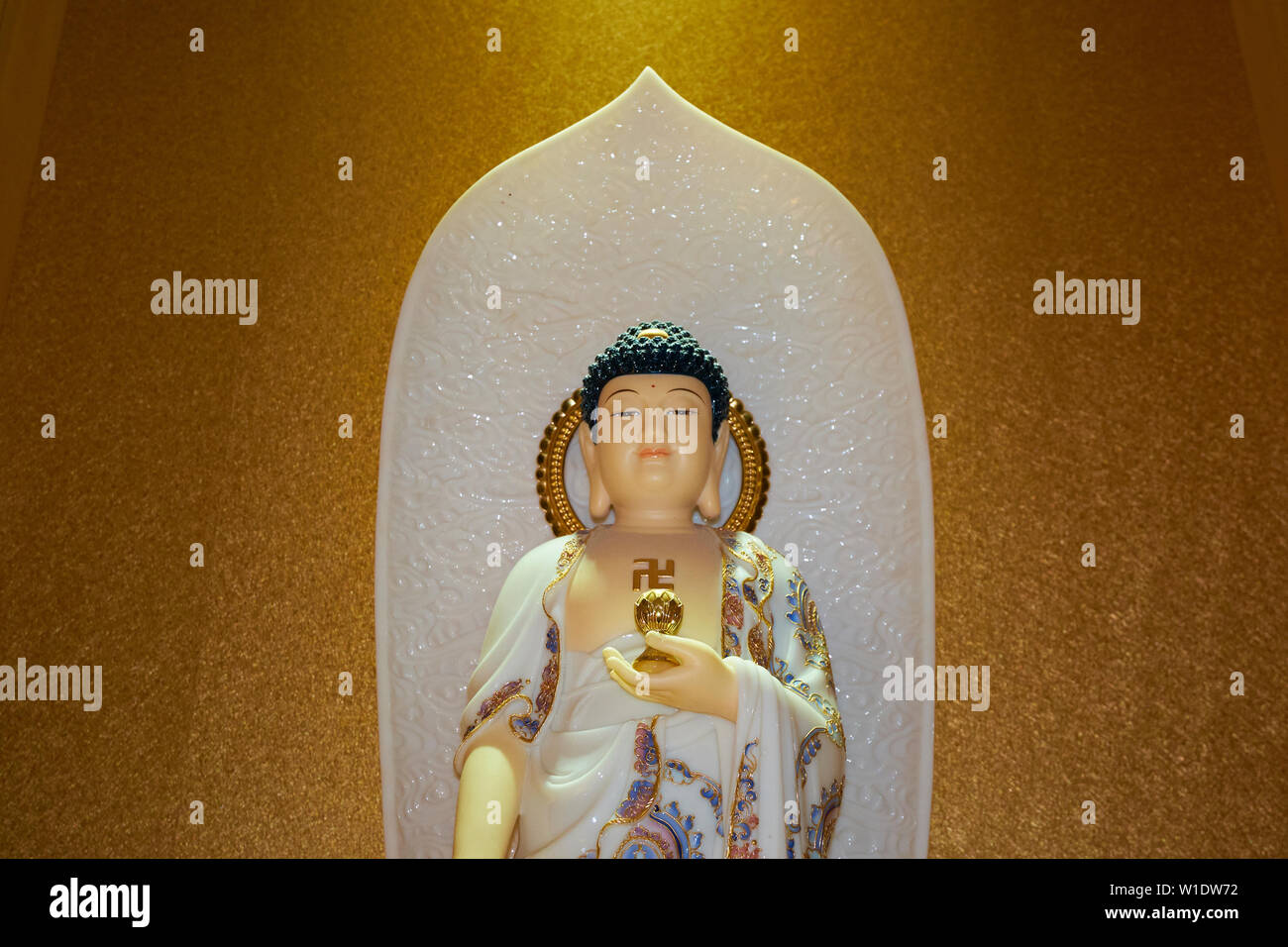 A sparkling Buddha inside the Memorial Shrine building at the Che Sui Khor Chinese temple in Kota Kinabalu, Borneo, Malaysia. - Stock Image