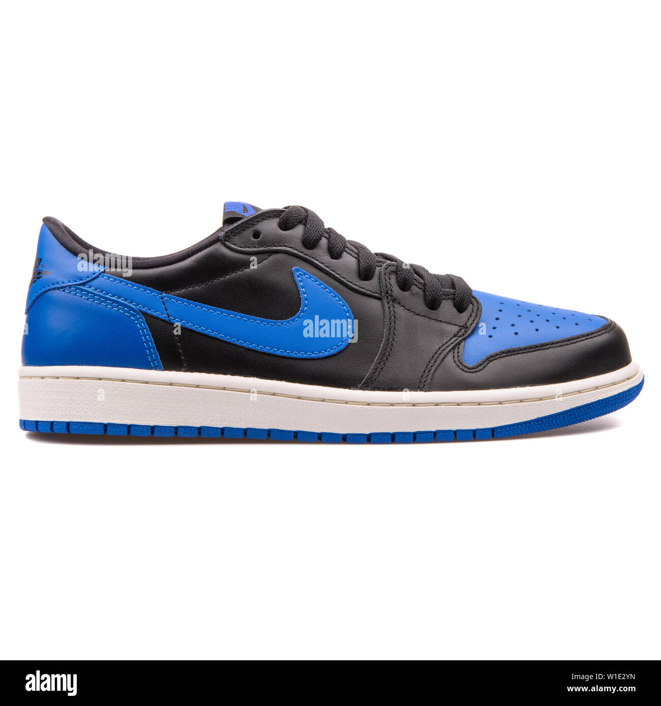 Noche tema Subproducto  VIENNA, AUSTRIA - AUGUST 25, 2017: Nike Air Jordan 1 Retro Low OG black and  blue sneaker on white background Stock Photo - Alamy