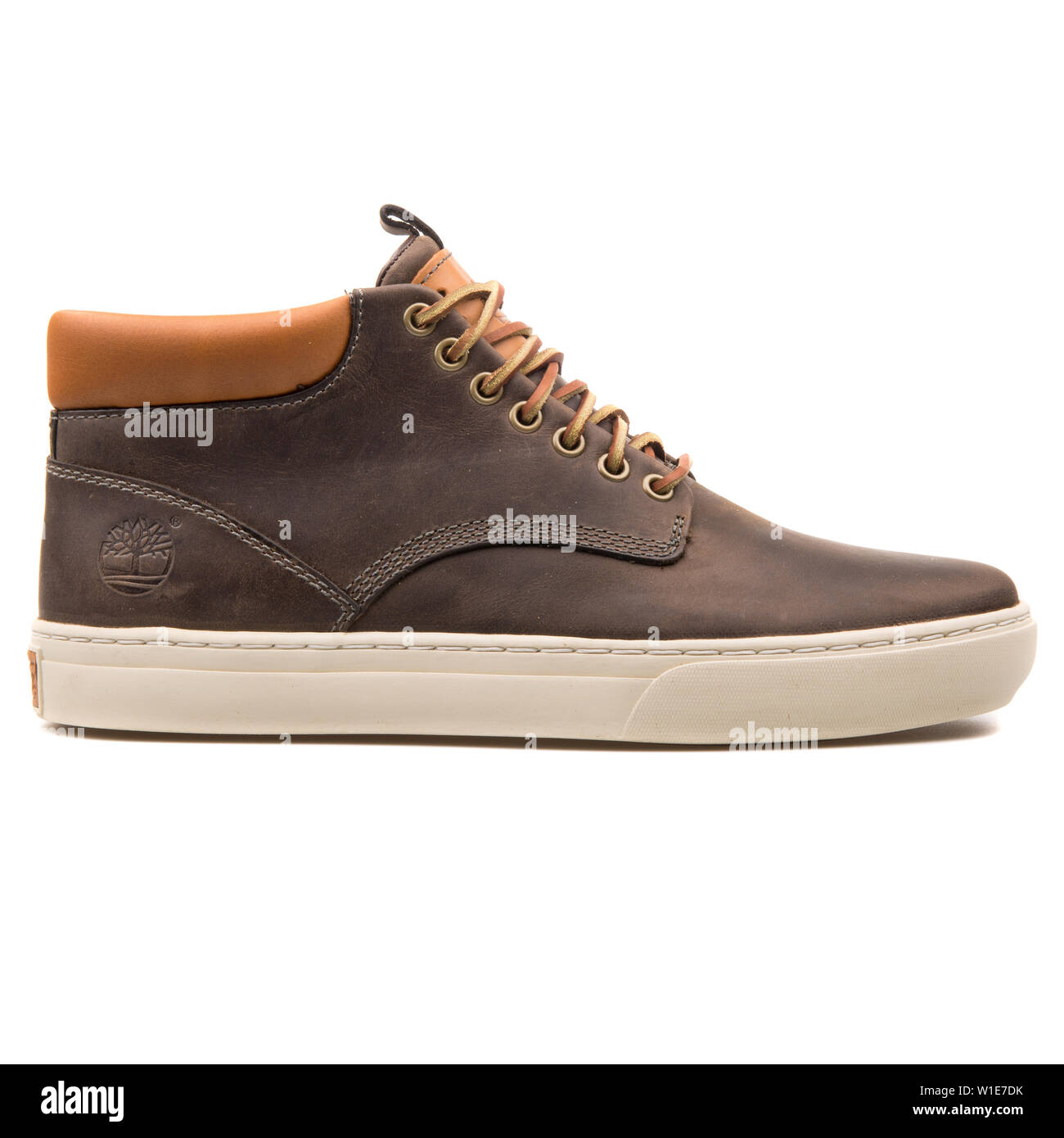 Precursor El propietario Recurso  VIENNA, AUSTRIA - AUGUST 25, 2017: Timberland Earthkeepers Cupsol Chukka  dark brown shoe on white background Stock Photo - Alamy