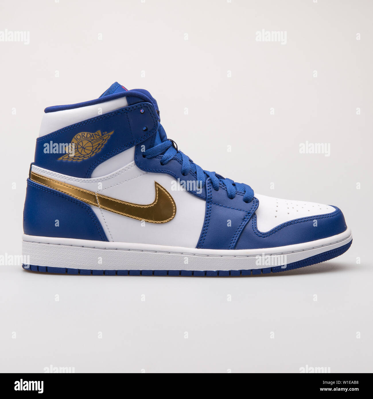 Hacer guirnalda Shuraba  VIENNA, AUSTRIA - JUNE 14, 2017: Nike Air Jordan 1 Retro High blue and  white sneaker isolated on grey background Stock Photo - Alamy