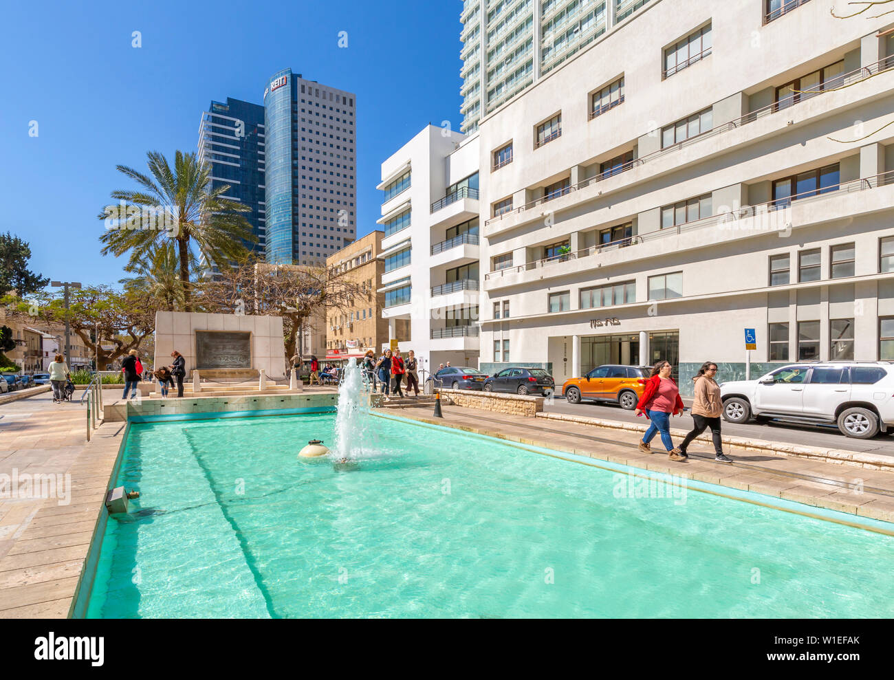 View of Founders Monument and Fountain on Rothschild Boulevard, Tel Aviv, Israel, Middle East - Stock Image