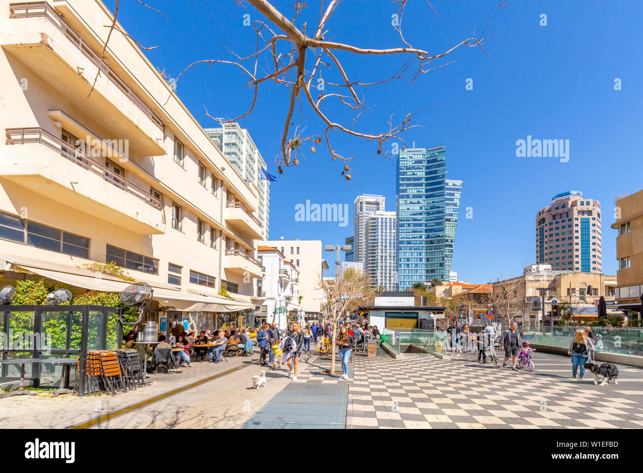 View of bar cafe and walkway on Rothschild Boulevard, Tel Aviv, Israel, Middle East - Stock Image