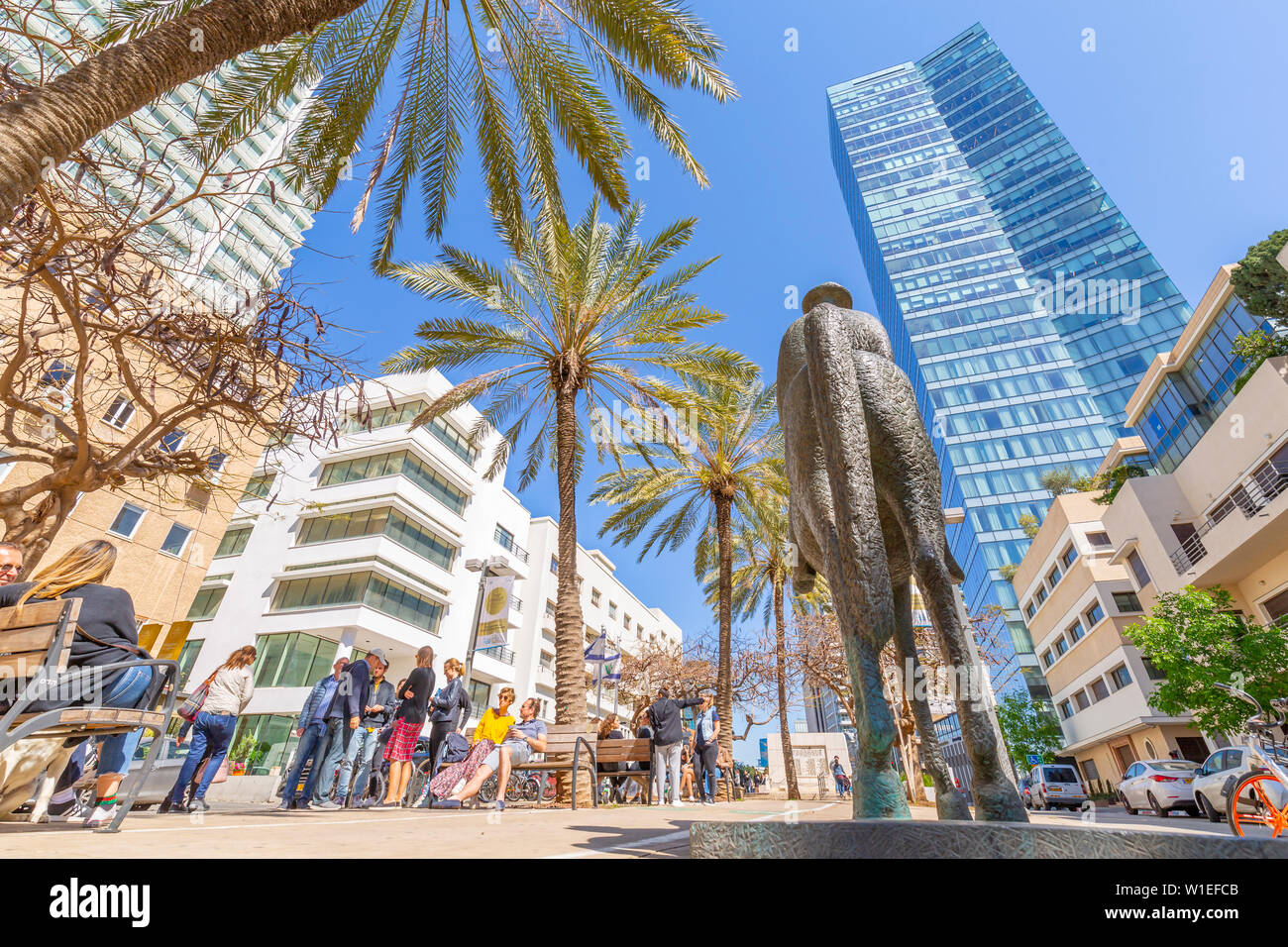 View of statue, palm trees and walkway on Rothschild Boulevard, Tel Aviv, Israel, Middle East - Stock Image