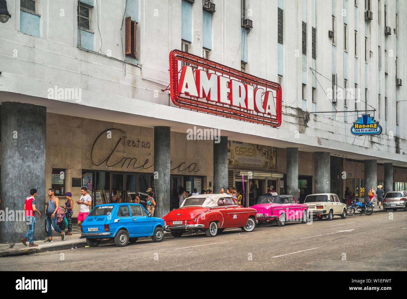 Old vintage cars parked outside Teatro America, La Habana (Havana), Cuba, West Indies, Caribbean, Central America - Stock Image