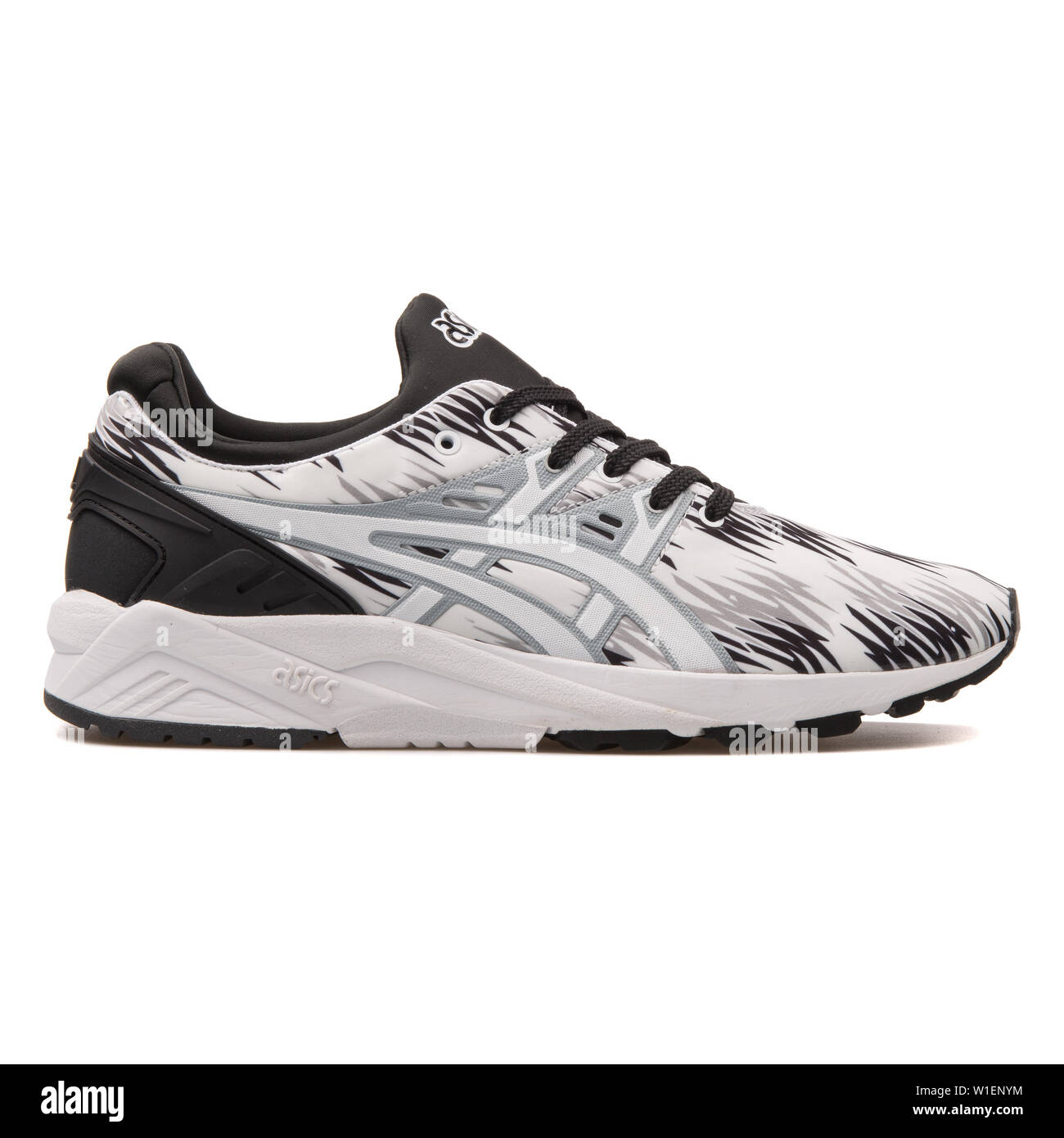 de madera ~ lado Seguid así  VIENNA, AUSTRIA - AUGUST 10, 2017: Asics Gel Kayano Trainer Evo black and  white sneaker on white background Stock Photo - Alamy