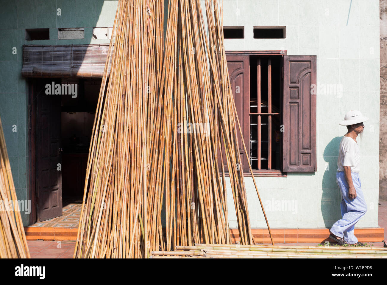 Vietnamese man at a house in the Xuan Lai Bamboo Village in the Red River Delta Stock Photo
