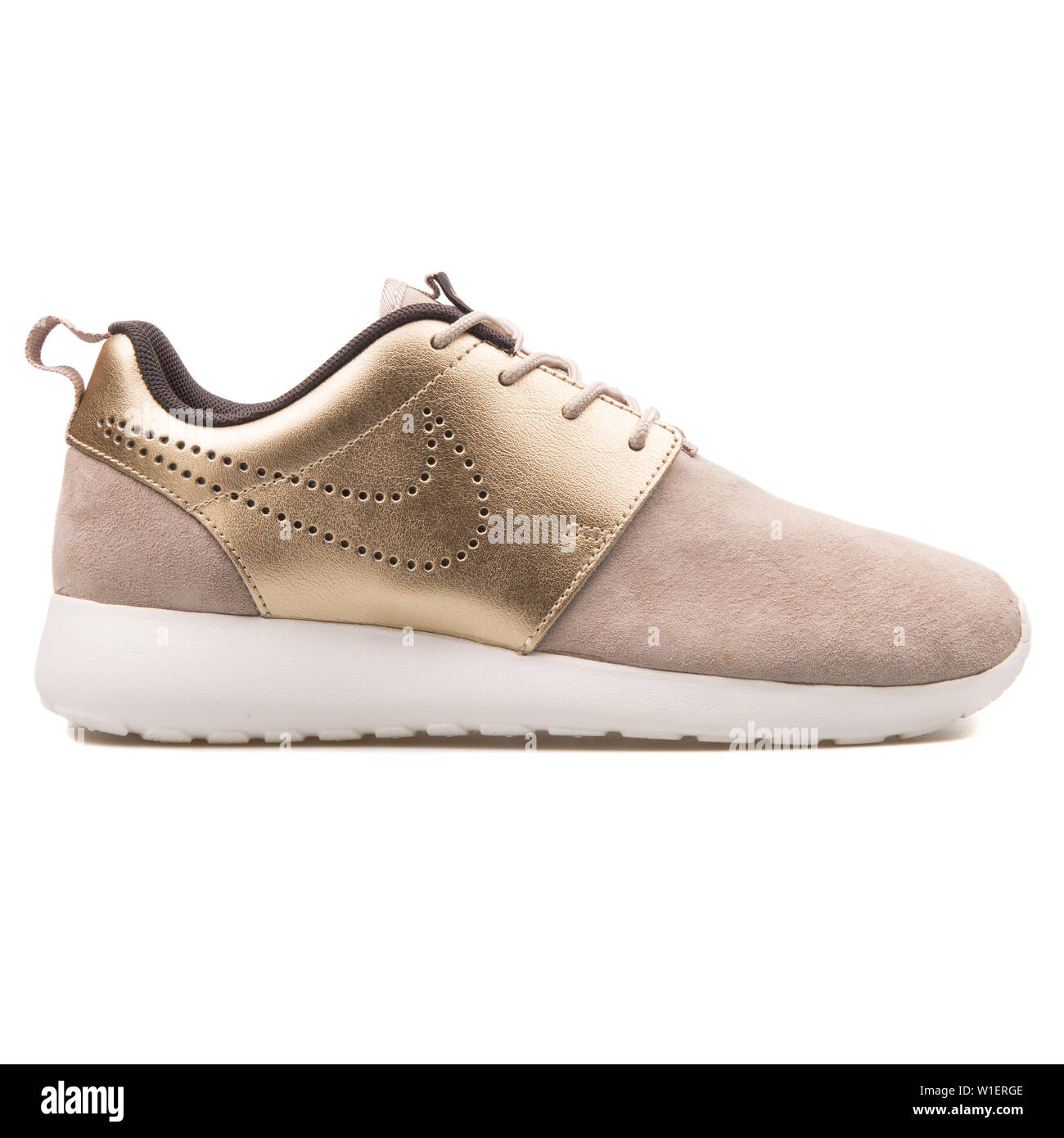 Original Devorar escaldadura  VIENNA, AUSTRIA - AUGUST 10, 2017: Nike Roshe One Premium Suede beige and  gold sneaker on white background Stock Photo - Alamy