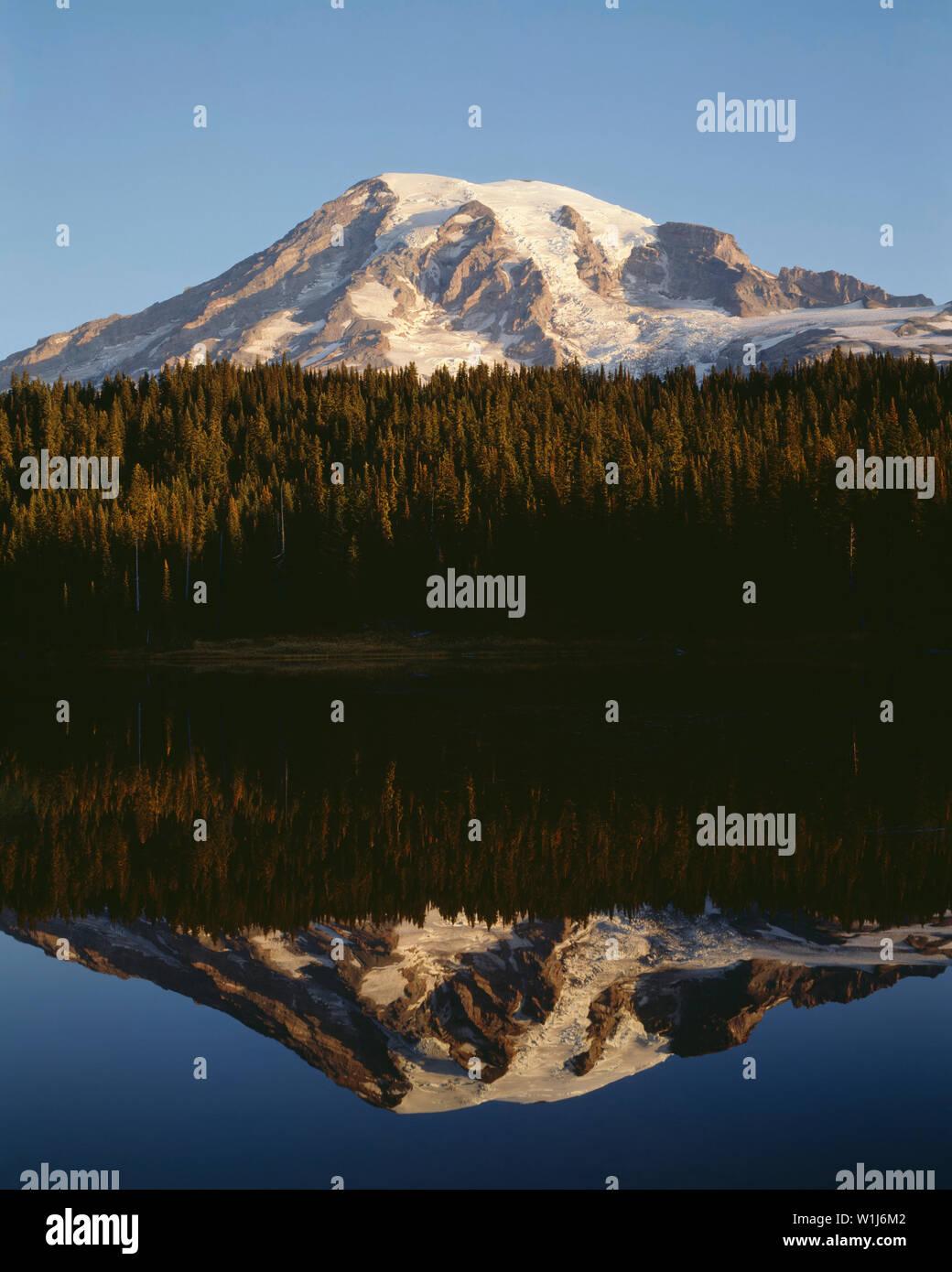 USA, Washington, Mt. Rainier National Park, Sunrise light on Mount Rainier is mirrored in Reflection Lake. - Stock Image