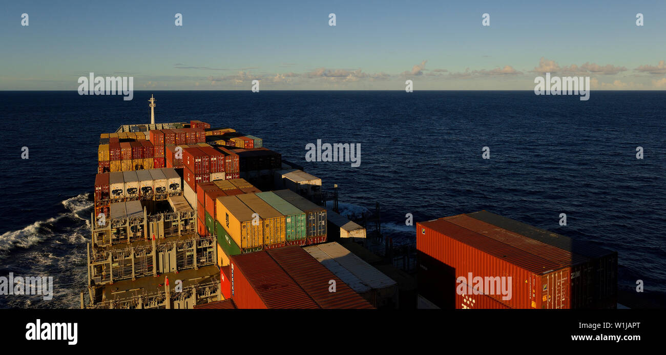 south atlantic ocean 22.30 s  040.54 w -  2014.02.12:  view onto sea and deck stowed containers of the german container vessel msc alessia sailing sou - Stock Image