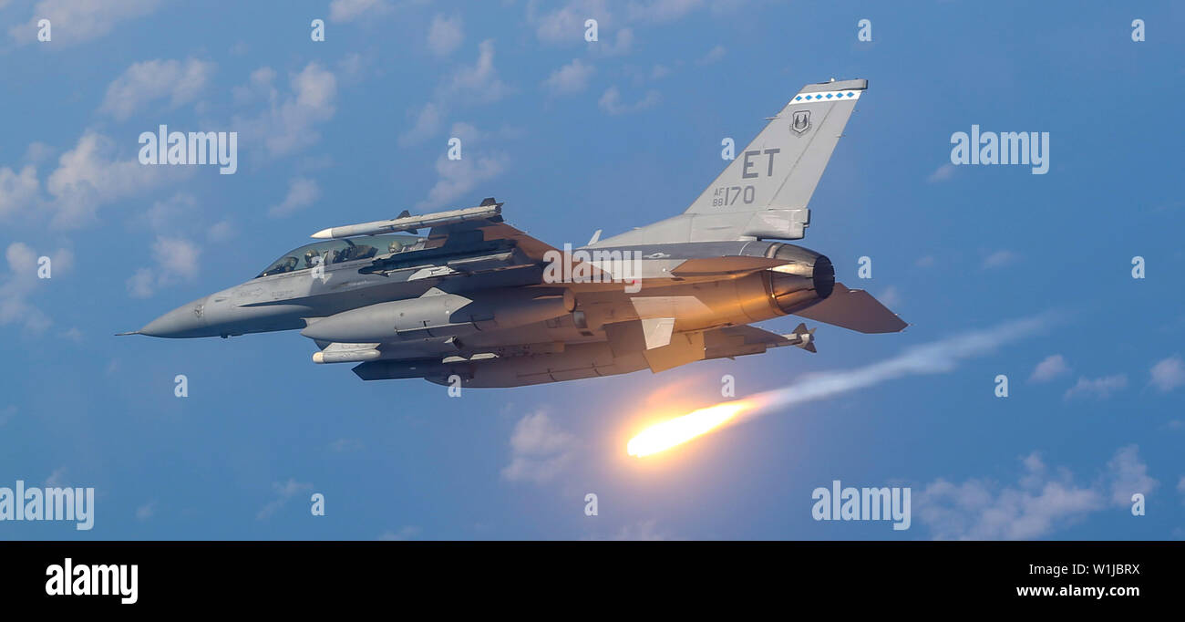 An F16-D Fighting Falcon pilot from the 40th Flight Test Squadron demonstrates proper flare technique during a training mission near Eglin Air Force Base, Fla., June 6, 2019. A flare is an aerial infrared countermeasure used by planes or helicopter to counter an infrared homing surface-to-air missile or air-to-air missile. (U.S. Air Force photo by Senior Airman Joshua Hoskins) Stock Photo