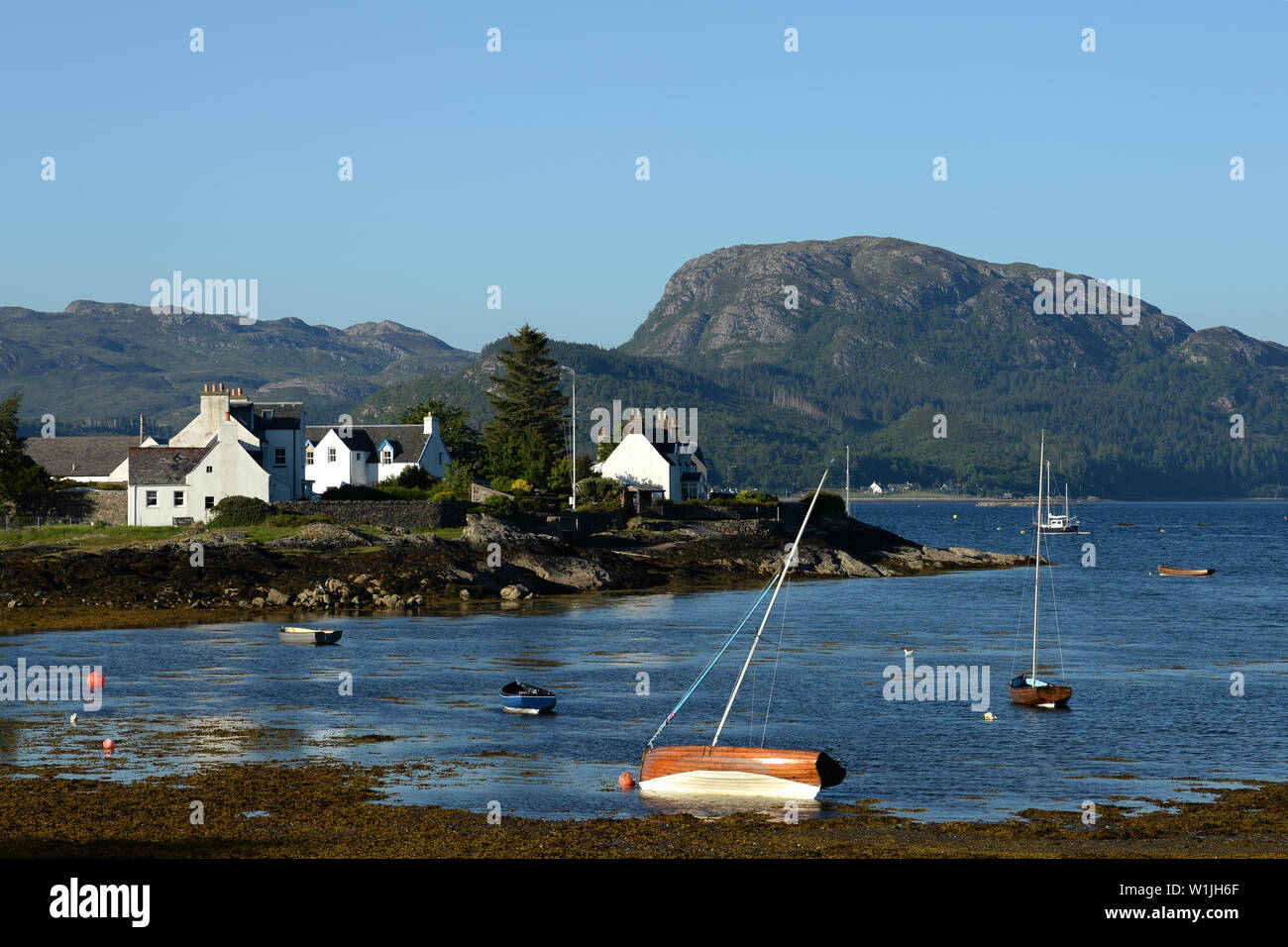 Plockton in the Highlands of Scotland in Lochalsh, Wester Ross on the shores of Loch Carron is a small village centred on the beautiful bay - Stock Image